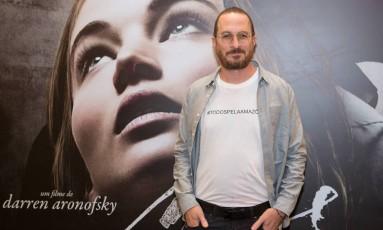 """Por baixo da camisa, Darren Aronofsky usa camiseta com a inscrição """"#todospelaamazônia"""" Foto: Mauricio Santana / Getty Images/Mauricio Santana"""