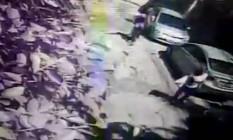 Imagens de câmera de segurança mostram mulher sendo atacada em Niterói Foto: Reprodução