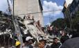 Equipes de resgate buscam sobreviventes nos escombros de um prédio na Cidade do México Foto: ALFREDO ESTRELLA / AFP