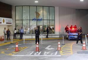 Assalto ocorreu na entrada da garagem do shopping RioSul Foto: Domingos Peixoto / Agência O Globo