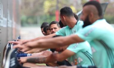 Diego, ao fundo, durante aquecimento do Flamengo no Ninho do Urubu Foto: Gilvan de Souza