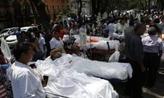 Pacientes em macas após retirada de hospital devido ao terremoto que sacudiu a Cidade do México Foto: Rebecca Blackwell / AP