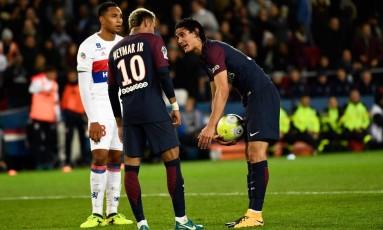 Cavani e Neymar querem bater pênaltis no PSG Foto: CHRISTOPHE SIMON / AFP