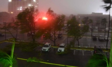 """Meteorologistas alertam sobre uma tempestade """"potencialmente catastrófica"""" que já matou pelo menos duas pessoas no Caribe Foto: HECTOR RETAMAL / AFP"""