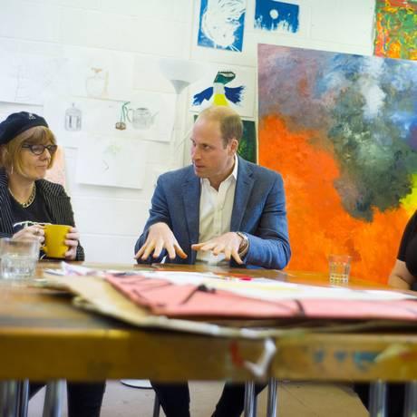 O príncipe William conversou com usuários num centro de recuperação em Londres Foto: POOL / REUTERS