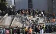 Socorristas, bombeiros, policiais, soldados e voluntários removem destroços após prédio colapsar em forte terremoto na Cidade do México Foto: YURI CORTEZ / AFP