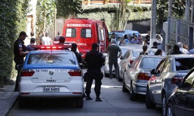 Policiais e bombeiros no local onde a aposentada Maria Alcina foi morta em 19/09/2017 Foto: Domingos Peixoto / Agência O Globo