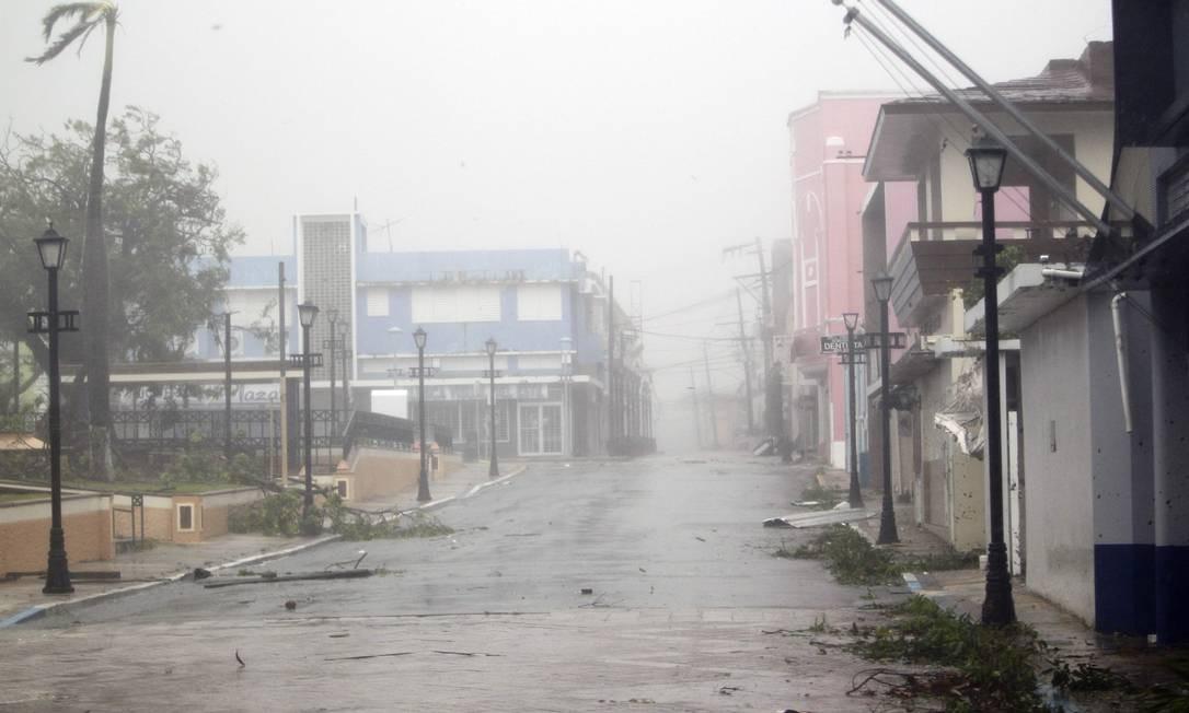 O furacão Maria atinge Porto Rico na cidade de Fajardo. No país,ruas tradicionalmente movimentadas estavam vazias, assim como as prateleiras dos supermercados Foto: RICARDO ARDUENGO / AFP