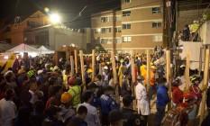 Voluntários levam pedaços de madeira para ajudar nos resgates de vítimas em escola que colapsou na Cidade do México após forte terremoto Foto: Gerardo Carrillo / AP