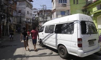 Van é atingida por tiros em guerra entre traficantes no domingo na Rocinha Foto: Fabio Guimarães em 18/09/2017 / Agência O Globo