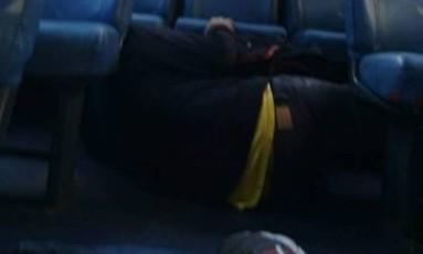 Passageiros ficam no chão de ônibus para se proteger de tiroteio no Rio Comprido Foto: Reprodução / Rio Comprido Alerta / Facebook