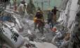 Soldados procuram por sobreviventes nos destroços de um edifício que desabou após o terremoto na Cidade do México Foto: HENRY ROMERO / REUTERS