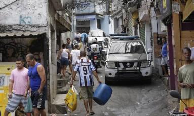Carro da polícia percorre via da Rocinha durante operação para combater a guerra do tráfico Foto: Fabio Guimarães em 18/09/2017 / Agência O Globo