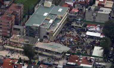 Voluntários e socorristas procuram por criança em escola que desabou após o terremoto de magnitude 7,1 na escala Richter na Cidade do México Foto: Rebecca Blackwell / AP