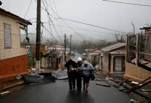 Socorristas ajudam pessoas após bairro ser atingido pelo furacão Maria, em Porto Rico Foto: CARLOS GARCIA RAWLINS / REUTERS