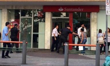 Homens invandem e assaltam banco na Rua das Laranjeiras Foto: Foto: Reprodução / Facebook