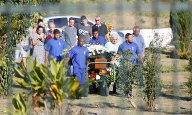 Enterro de Maria Alcina Gil, morta por uma facada durante um assalto em Icaraí, na Zona Sul de Niterói Foto: Roberto Moreyra / Agência O Globo