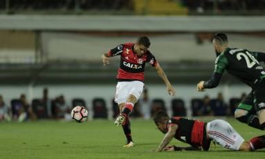 Cuéllar chuta para abrir o placar para o Flamengo Foto: Alexandre Cassiano / Agência O Globo