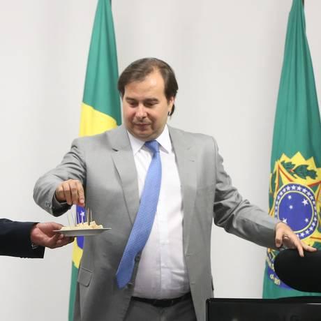 O presidente da República em exercício, Rodrigo Maia (DEM-RJ) prova queijo artesanal Foto: Givaldo Barbosa / Agência O Globo