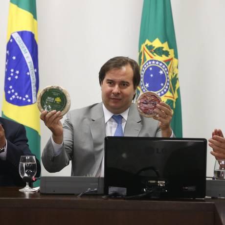 O presidente da República em exercício, Rodrigo Maia (DEM-RJ), recebeu queijos artesanais de produtores de Minas Gerais - 20/09/2017 Foto: Givaldo Barbosa / Agência O Globo