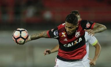 Guerrero tenta o domínio da bola na partida contra a Chape Foto: Alexandre Cassiano
