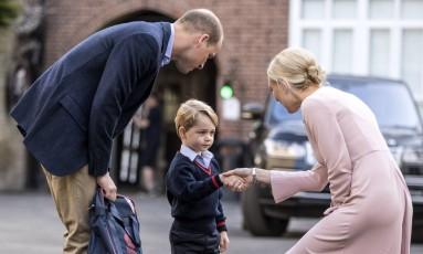 Príncipe George, em seu primeiro dia de aula, e seu pai William - nomes estão na lista de mais escolhidos para bebês na Inglaterra Foto: Richard Pohle / AP