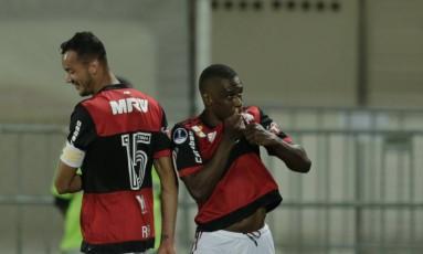 Juan beija o escudo do Flamengo ao marcar o terceiro gol Foto: Alexandre Cassiano / Agência O Globo