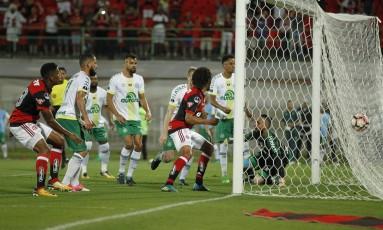 Arão, à direita, marcou o segundo gol do Flamengo Foto: Alexandre Cassiano
