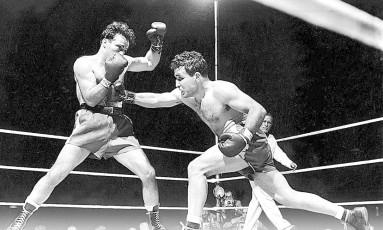 No ringue. LaMotta (dir.) e Marcel Cerdan, de quem tiraria o título dos médios Foto: AP/16-6-1949