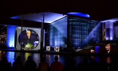 A foto de Merkel como parte do espetáculo de luz sobre a história do Parlamento alemão Foto: TOBIAS SCHWARZ / AFP