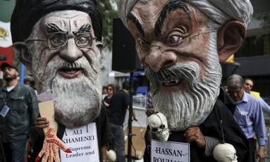 Oposição. Manifestantes contrários ao regime iraniano protestam diante da sede da ONU em Nova York: Rouhani diz que acordo nuclear é modelo Foto: AMR ALFIKY / Amr Alfiky/REUTERS