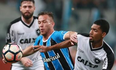 O gremista Ramiro e o botafoguense Matheus Fernandes disputam a bola na Arena do Grêmio Foto: DIEGO VARA / REUTERS