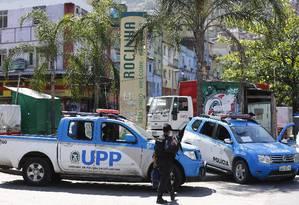 Policiais fazem operação na Rocinha: estado que transferir parte da verba do Meio Ambiente para a seguran~ça Foto: Pablo Jacob / Agência O Globo
