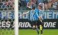Lucas Barrios ergue os braços para comemorar o gol da classificação gremista Foto: STRINGER / REUTERS
