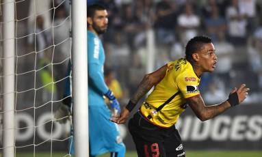 Jonatan Alvez comemora o gol da vitória do Barcelona-EQU sobre o Santos, na Vila Belmiro Foto: NELSON ALMEIDA / AFP