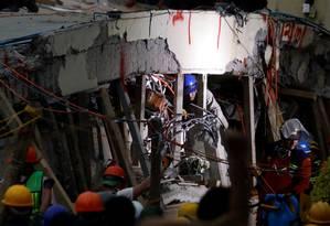Socorristas buscam estudantes nos escombros da escola Enrique Rébsamen após um forte terremoto na Cidade do México Foto: EDGARD GARRIDO / REUTERS