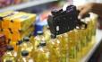 Funcionário remarca preços em mercado. Foto Marcos Alves/Agência O Globo.