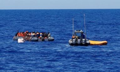 Imigrantes em embarcação clandestina são resgatados no Mediterrâneo em 14 de setembro de 2017 Foto: TONY GENTILE / REUTERS