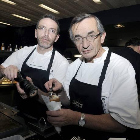 Foto de 2014 mostra Sebastian Bras, a esquerda, junto com o pai na cozinha Foto: PASCAL PAVANI / AFP