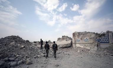 Combatentes das Forças Democráticas da Síria se aproximam de santuário destruído em Raqqa Foto: RODI SAID / REUTERS