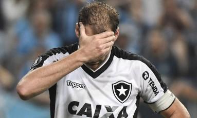 O zagueiro Carli em momento de lamentação Foto: André Fabiano/Código19/Agência O Globo