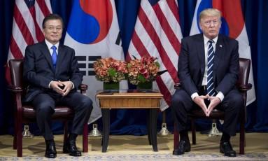 Presidentes da Coreia do Sul, Moon Jae-in, e dos EUA, Donald Trump, se encontram em Nova York às margens da Assembleia Geral da ONU Foto: BRENDAN SMIALOWSKI / AFP
