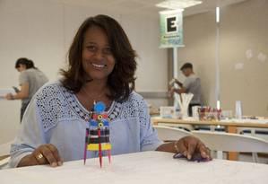 Educação 360: Carla Bonfin de Carvalho com o seu robô Foto: Agência O Globo