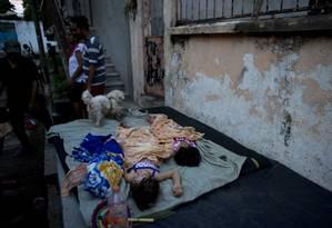Crianças dormem em colchão sobre o chão em casa danificada pelo terremoto de 7 de setembro de 2017 no México; dias depois, outro abalo devastou o país Foto: Rebecca Blackwell / AP