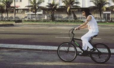 Passeando tranquilamente pela orla de Ipanema como se não fosse um dos rock stars mais famosos do mundo Foto: Reprodução