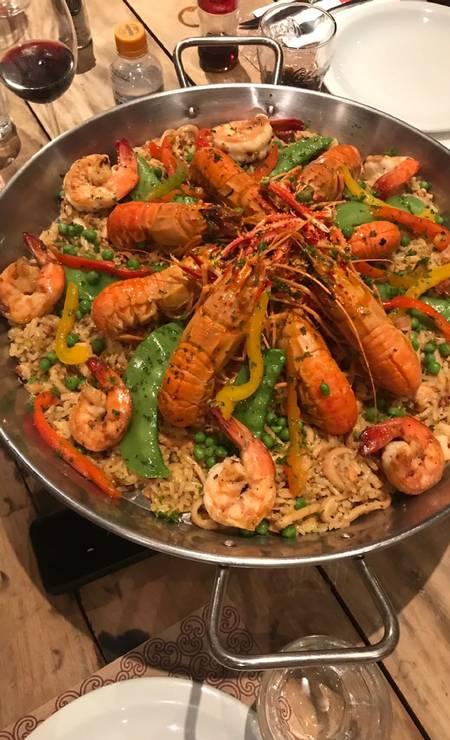 Fiammetta: Ali, a paella é servida no bufê de almoço de domingo (R$ 69,90), assinado pela chef Val Santos, com lula, polvo, camarão e lagostim, além de vagem, ervilhas e ervas frescas. Casa & Gourmet: Rua General Severiano 97, 1º andar, Botafogo - 2295-9096. Rio Design Barra: Av. das Américas 7.777, loja 303 - 2438-7500. Seg a qui e dom, do meio-dia às 23h. Sex e sáb, do meio-dia à meia-noite. Foto: Divulgação