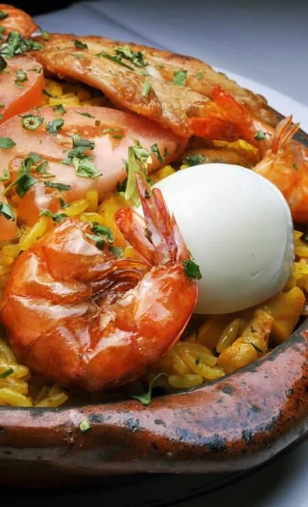 Adega do Cesare: No tradicional restaurante, a paella valenciana (R$ 185) serve três pessoas e leva camarões graúdos, polvo, lula, filé de peixe e mexilhão, além de açafrão, tomate, ovo cozido e pimentão. O cliente ainda pode incluir filé de frango ou carré de porco grelhados. Rua Joaquim Nabuco 44, Copacabana - 2523-1429. Seg a dom, das 11h à 1h. Foto: Divulgação/Maria Mattos