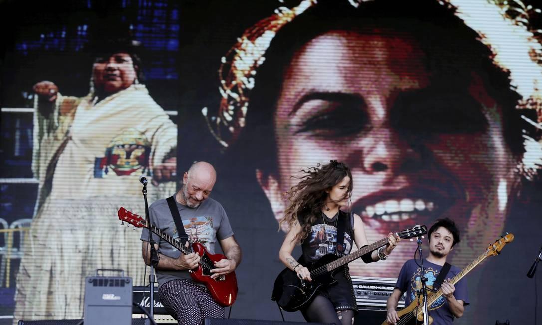 O show teve participação de Edgard Scandurra, guitarrista do Ira!, que injetou rock n' roll na apresentação. Foto: Alexandre Cassiano / Agência O Globo