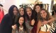 Steven Tyler com a equipe da loja Eva, no Shopping Leblon: vocalista foi às compras na zona sul carioca Foto: Divulgação