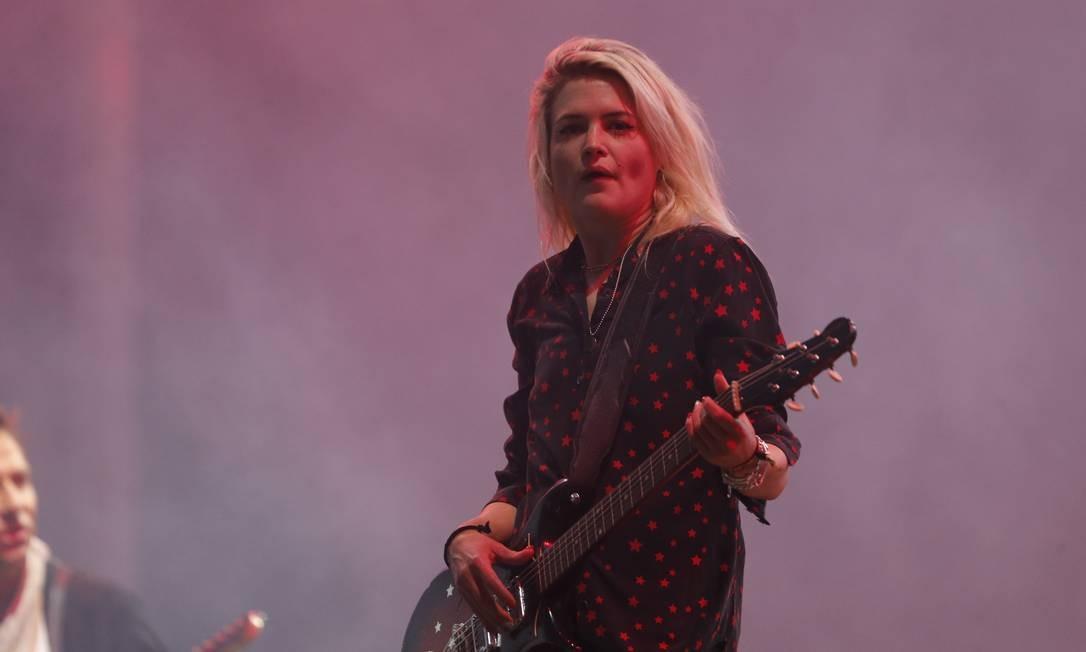 Alta, magra e (agora) loura, a vocalista Alison Mosshart ganhou as atenções, ocupando o palco com sua voz e os movimentos de legítima frontwoman de banda de rock Foto: Antonio Scorza / O Globo
